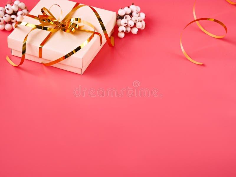 Priorità bassa felice di festa Contenitore di regalo con il nastro dell'oro e luci su un fondo rosa Priorità bassa di festa Rosa  fotografia stock libera da diritti