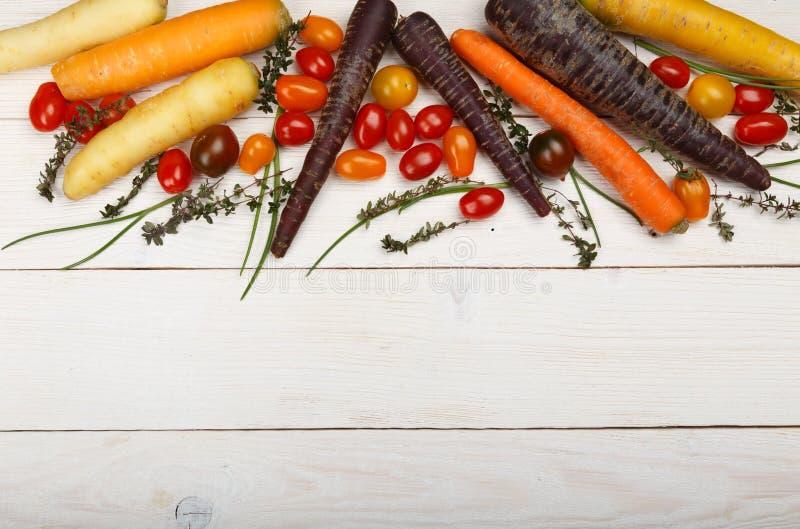 Priorità bassa sana dell'alimento Fotografia dello studio delle verdure differenti sulla vecchia tavola di legno fotografia stock libera da diritti