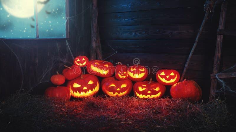 Priorità bassa spettrale di Halloween zucca spaventosa con gli occhi di combustione e fotografia stock