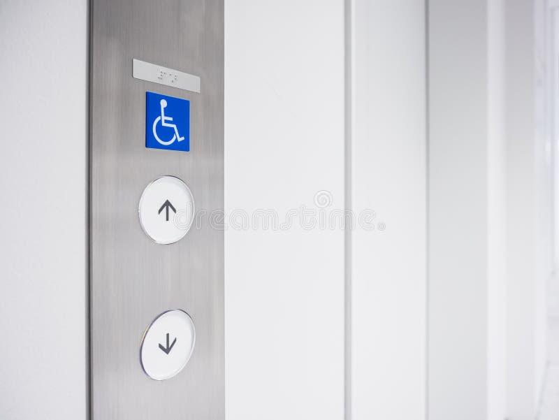 Priorité d'installation de bouton d'ascenseur de signage d'incapacité photographie stock libre de droits