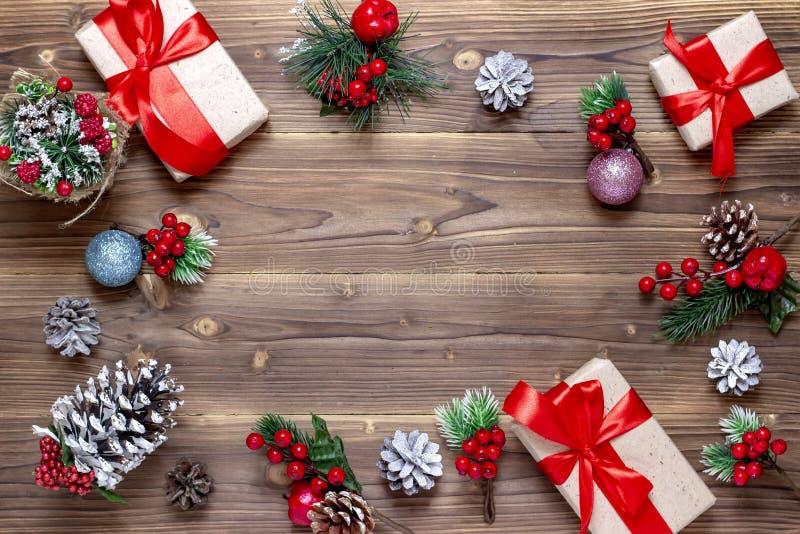 Priorit? bassa anno felice di nuovo e di Buon Natale Scatole con i regali, i giocattoli ed i coni sui vecchi precedenti di legno  fotografia stock libera da diritti