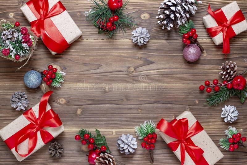 Priorit? bassa anno felice di nuovo e di Buon Natale Scatole con i regali, i giocattoli ed i coni sui vecchi precedenti di legno  immagini stock