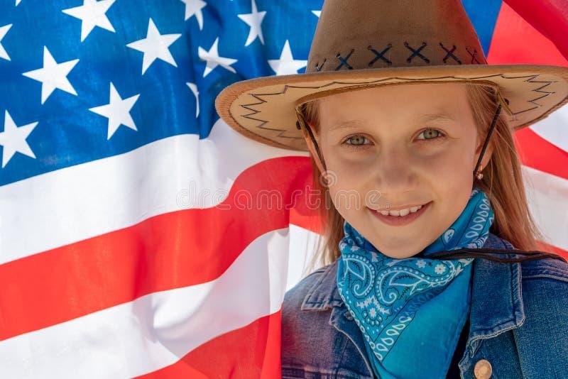 Priorit? bassa del grunge di indipendenza Day Bella ragazza felice con gli occhi verdi sui precedenti della bandiera americana un immagine stock libera da diritti
