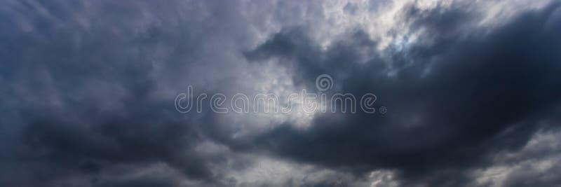 Priorit? bassa drammatica del cielo Nuvole di tempesta nel cielo scuro Paesaggio nuvoloso triste Potete usare un'immagine panoram fotografia stock