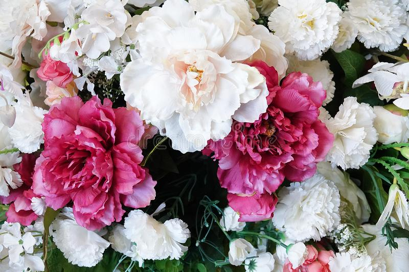 Priorit? bassa floreale Mazzo dei fiori dalle rose, dai garofani e dalle peonie immagine stock libera da diritti