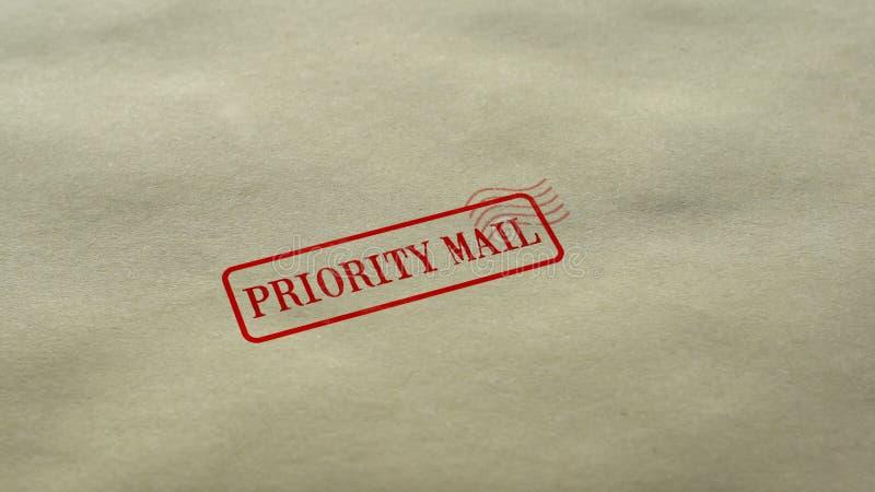 Prioritaire die Postverbinding op lege document achtergrond, de snelle leveringsdienst wordt gestempeld stock afbeeldingen