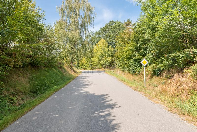 Prioritaire van het verkeerteken weg in een dorp, Duitsland stock foto