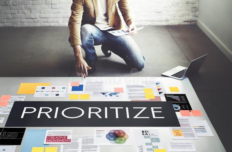 Prioritera betonar viktigt uppgiftsbegrepp för effektivitet arkivfoton