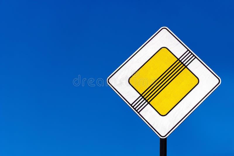 Prioritetstrafiktecken på vägar royaltyfria foton