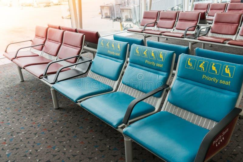 Priorytetów siedzenia w lotnisku międzynarodowym rezerwującym dla kalectwa, dziecka, starszych ludzi i michaelity, ciężarny, fotografia stock