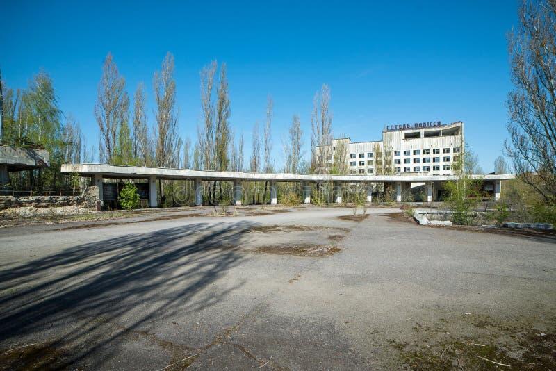 Pripyat, Chernobyl/Ucrânia - 28 de abril de 2008: Cidade abandonada Pripyat, zona de exclusão da floresta UKR Chornobyl do hote fotos de stock royalty free
