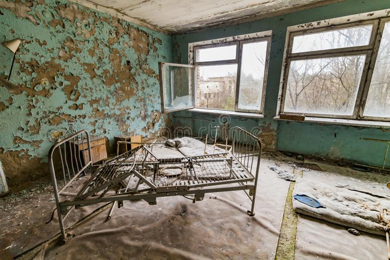 Pripyat, de Uitsluitingsstreek van Tchernobyl Het binnenland van de afdeling in het ziekenhuis in een verlaten stad stock afbeelding