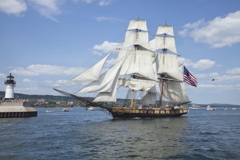 A prisão militar Niagara entra no porto de Duluth durante o Fest alto dos navios fotos de stock