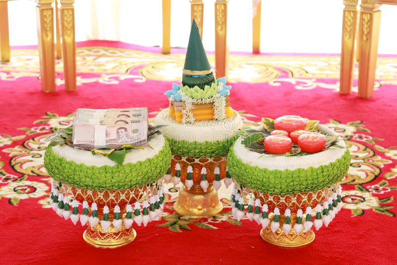Pris eller hemgift f?r vigselring- och brud` s i thail?ndsk br?llopceremoni royaltyfri foto
