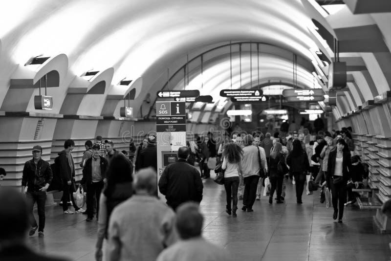 Prisa de la gente por el subterráneo imágenes de archivo libres de regalías