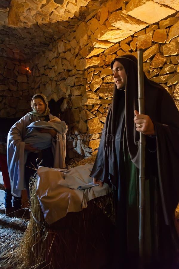 Priscos, Portugal - 29 de dezembro de 2016: A cena viva ou viva a maior da natividade em Europa Família santamente, bebê Jesus Ch imagens de stock royalty free