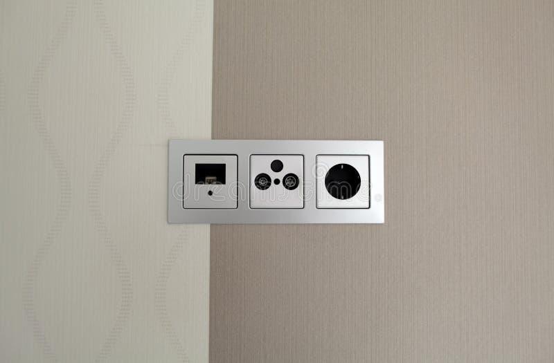 Prise électrique et connecteur blancs sur le mur moderne avec le modèle images stock