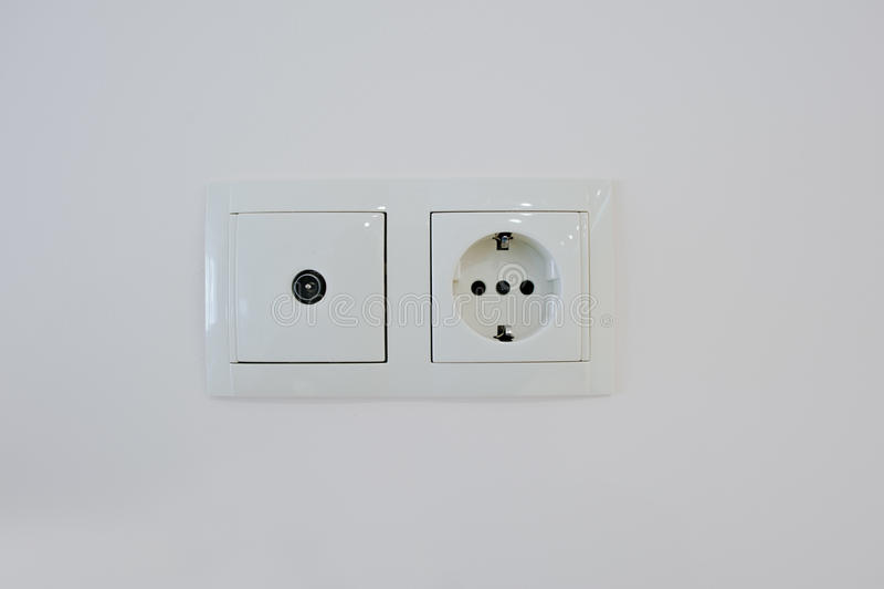 prise lectrique jumelle avec la prise de tv au mur image stock image du lectricit. Black Bedroom Furniture Sets. Home Design Ideas