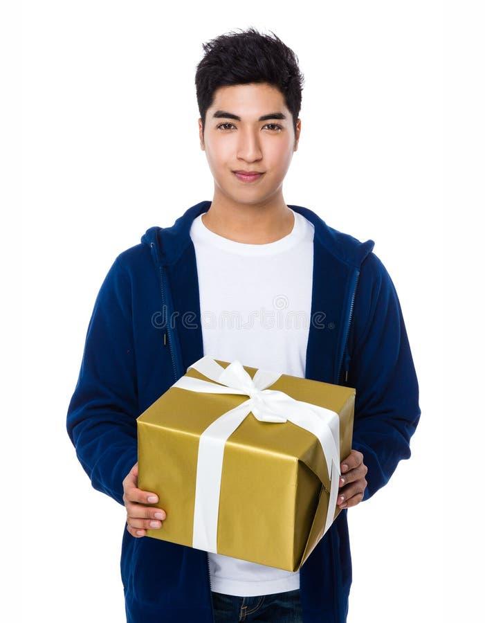 Prise asiatique d'homme avec le giftbox photos stock