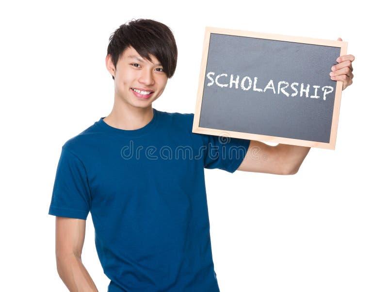 Prise asiatique d'homme avec le tableau noir et montrer une bourse de mot image stock