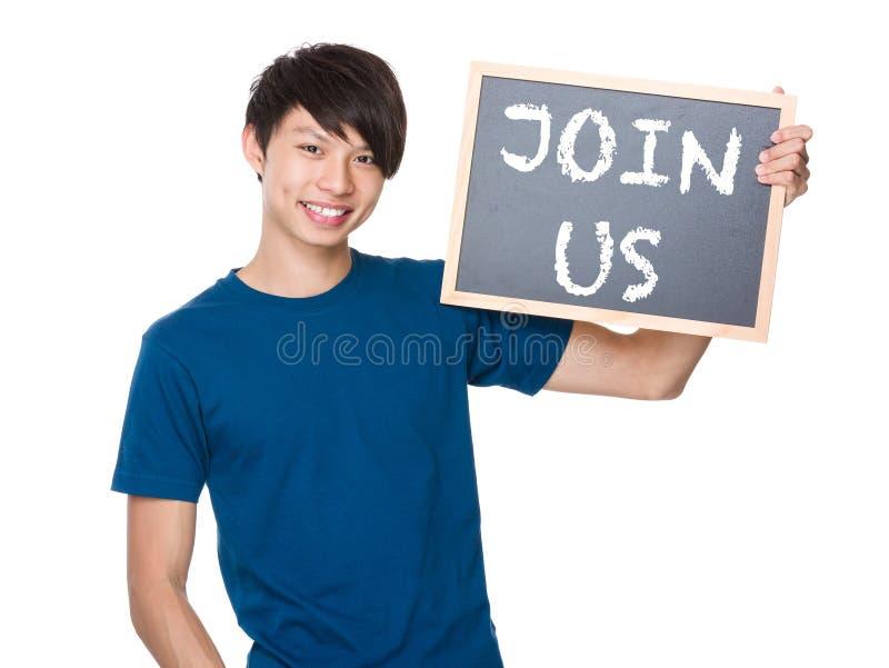 Prise asiatique d'homme avec le tableau noir et représentation expressions de rejoignez-nous photos stock