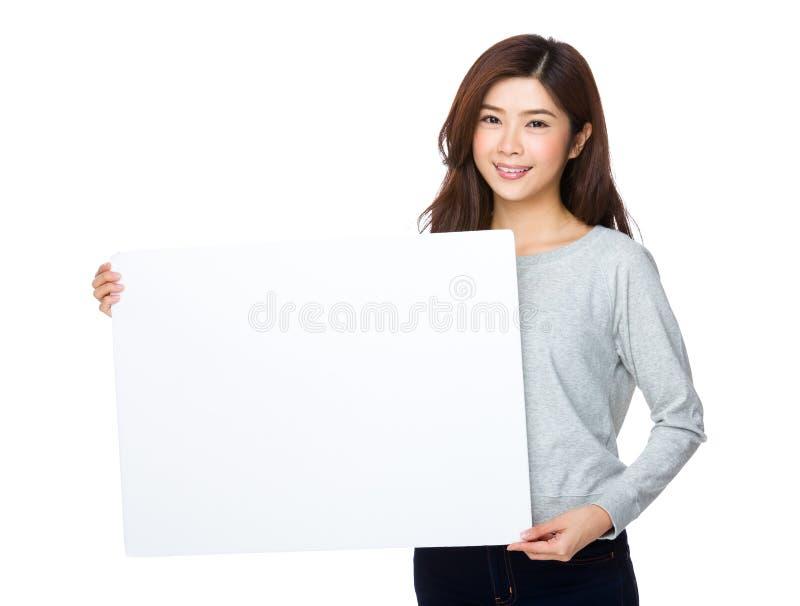 Prise asiatique de femme avec l'affiche blanche images stock