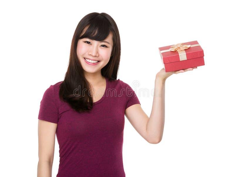 Prise asiatique de femme avec la boîte actuelle photos stock