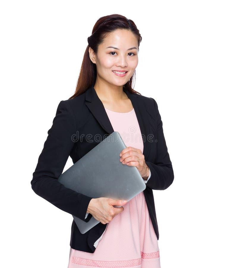 Prise asiatique de femme d'affaires avec l'ordinateur portable images stock