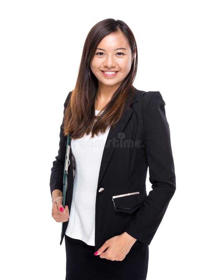Prise asiatique de femme d'affaires avec le presse-papiers images stock