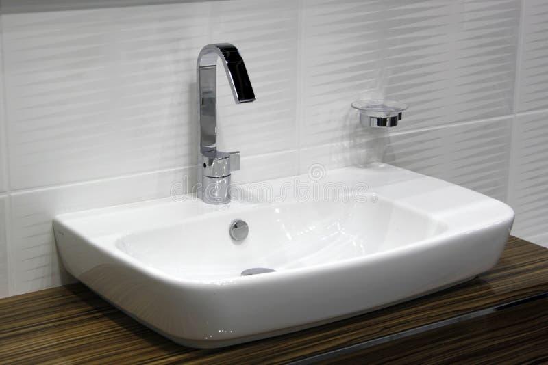 Prise blanche de lavabo et de chrome photo stock