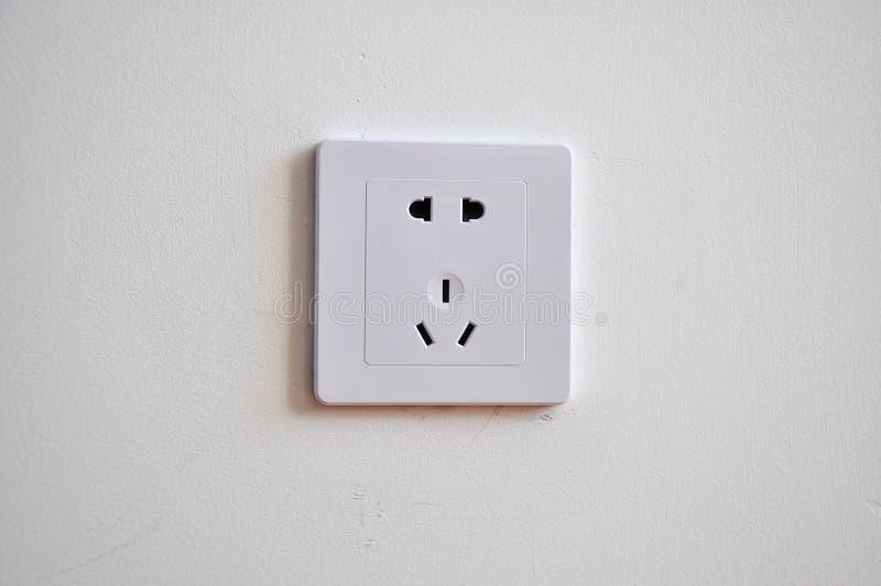 Prise d'alimentation d'énergie dans le mur image libre de droits