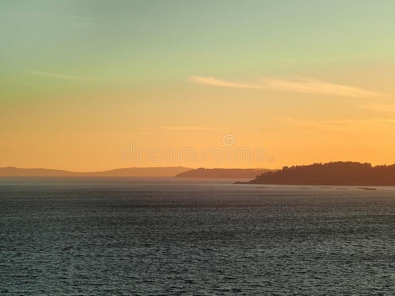 Prise d'eau de mer et ciel propre image libre de droits