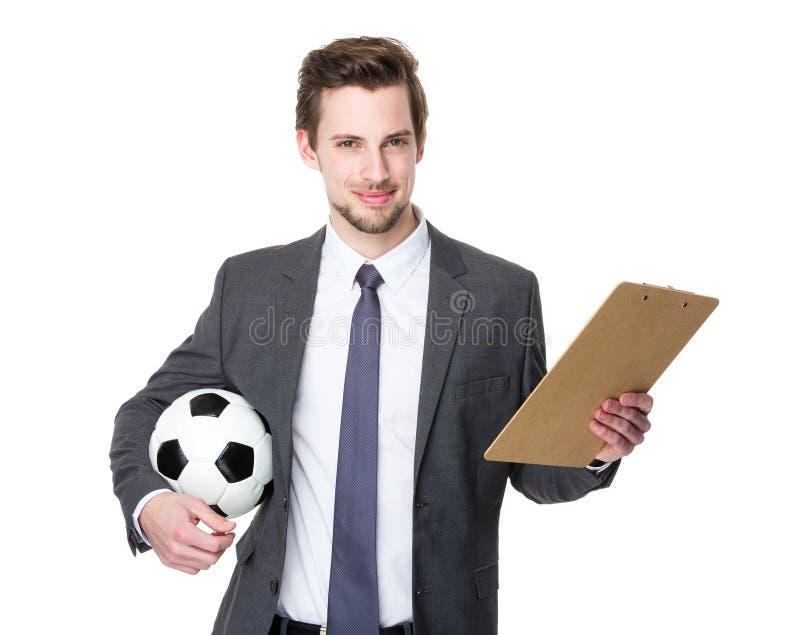 Prise d'entraîneur du football avec la boule et le plan photo stock