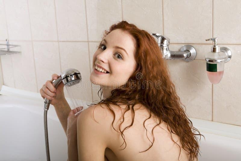 Download Prise d'une douche image stock. Image du femelles, faience - 2132391