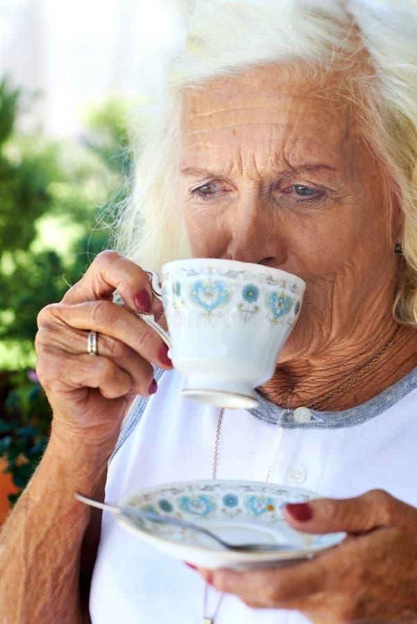Prise d'une petite gorgée de thé photo stock