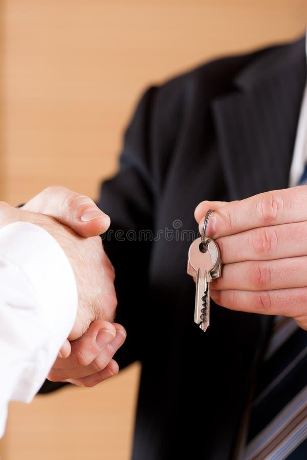 Prise de contact d'affaires avec donner des clés photos stock
