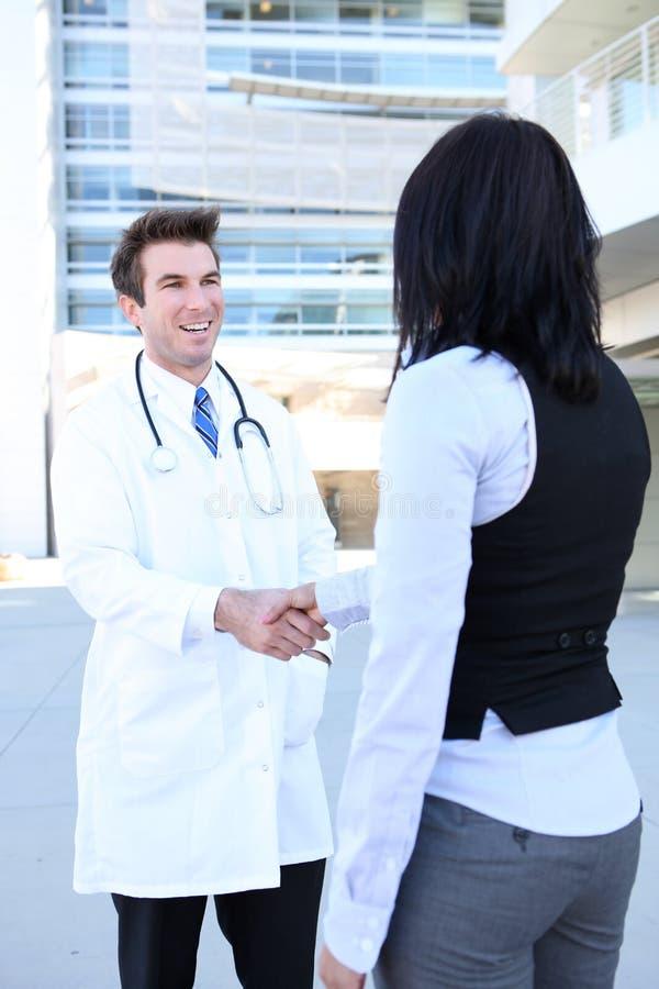 Prise de contact de docteur et de patient photographie stock