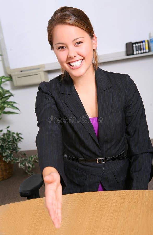 Prise de contact de femme d'affaires images stock