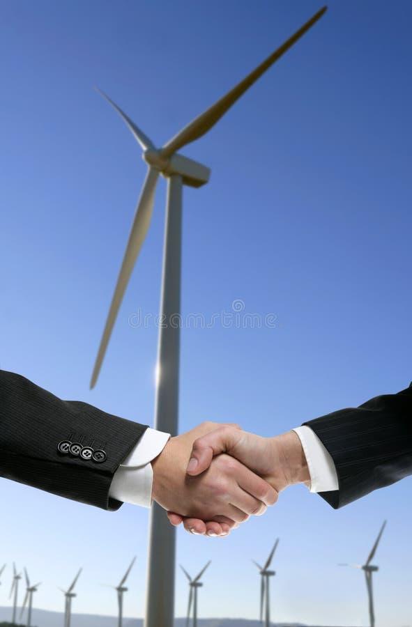 Prise de contact environnementale de moulin de vent d'hommes d'affaires photo stock