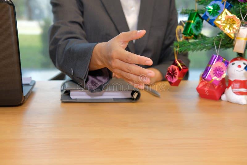 Prise de contact de offre d'homme d'affaires homme prêt à serrer la main pendant le c photo stock