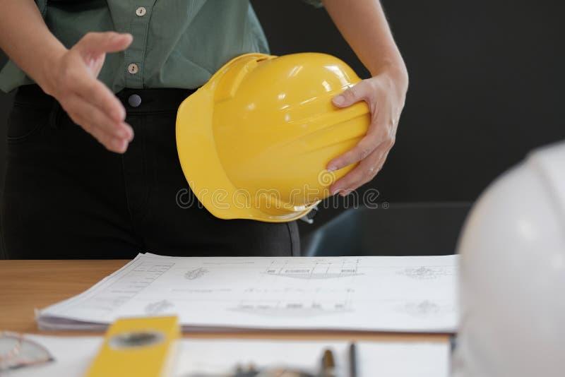 Prise de contact de offre d'ingénieur architecte prêt à serrer la main pour b photo stock