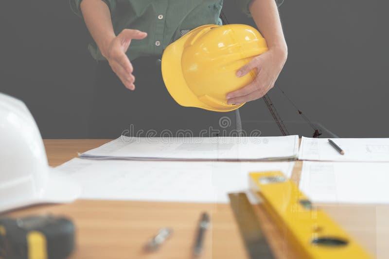 Prise de contact de offre d'ingénieur architecte prêt à serrer la main pour b images libres de droits