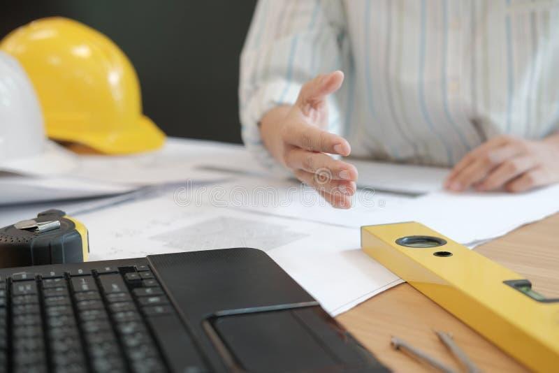 Prise de contact de offre d'ingénieur architecte prêt à serrer la main pour b photographie stock