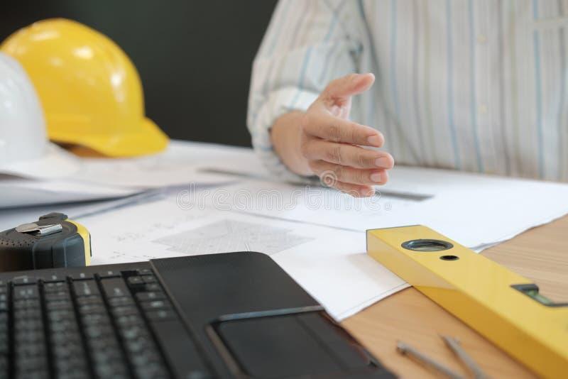 Prise de contact de offre d'ingénieur architecte prêt à serrer la main pour b photo libre de droits