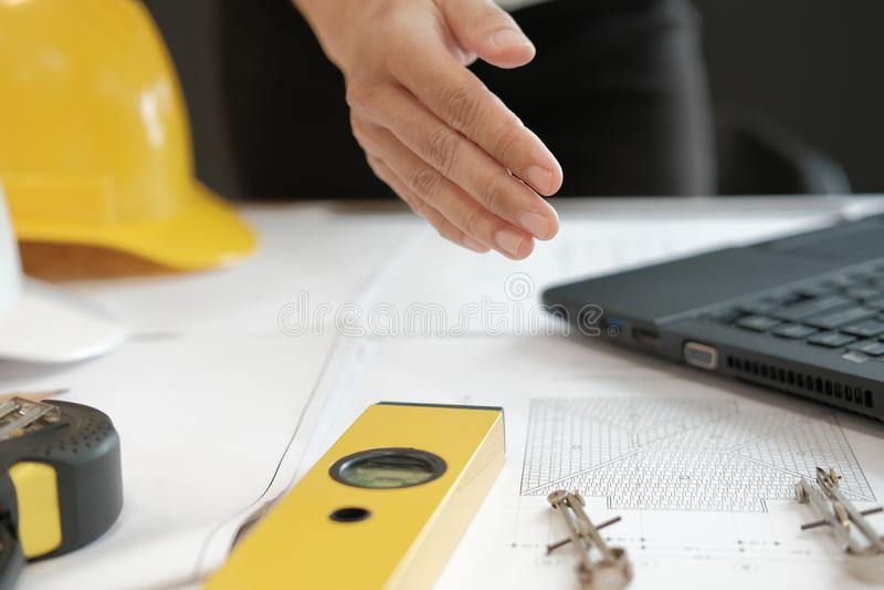 Prise de contact de offre d'ingénieur architecte prêt à serrer la main pour b photographie stock libre de droits