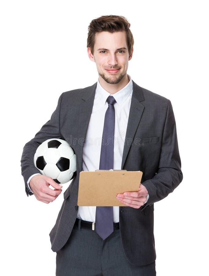 Prise de directeur du football avec du ballon de football et le presse-papiers photographie stock libre de droits