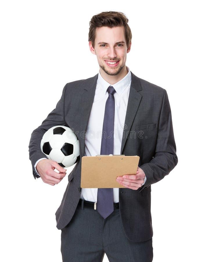 Prise de directeur du football avec un football et un presse-papiers photographie stock