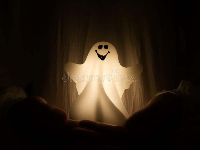 Prise de fantôme de Halloween par une fille photos stock