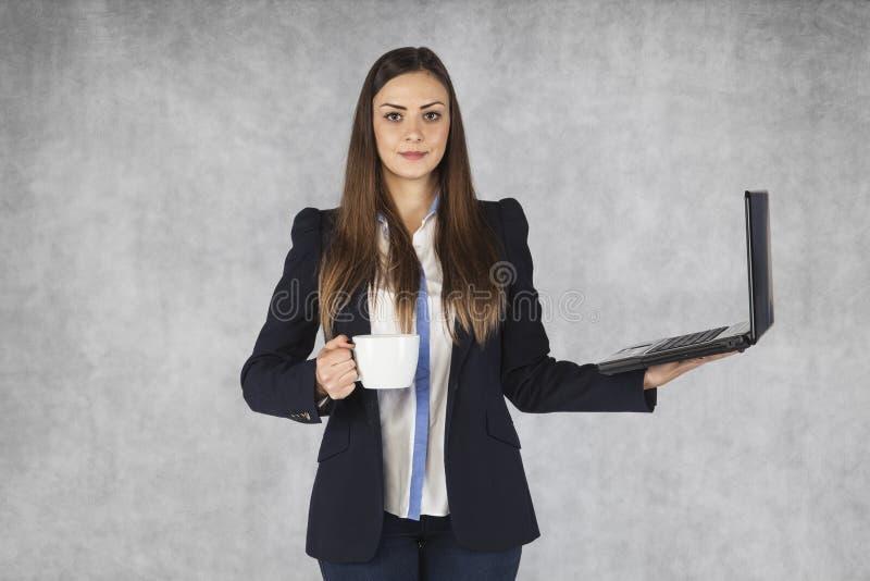 Prise de femme d'affaires dans les mains café et ordinateur portable image libre de droits