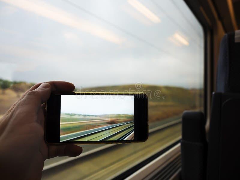 Prise de la photo par la fenêtre du train photographie stock